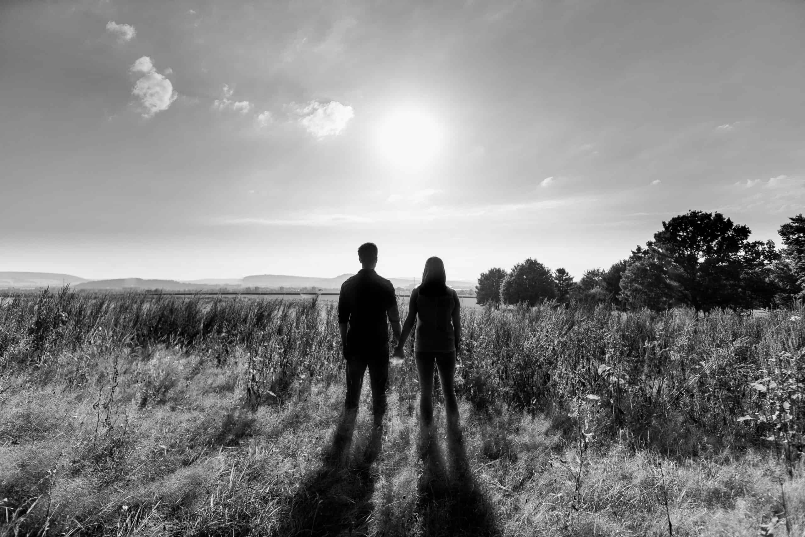 Paarshooting auf einer Wiese vom Hochtsfotograf Hannover Henning Kunze